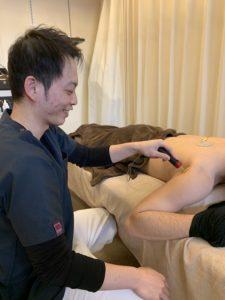 特殊電気治療をしている施術者